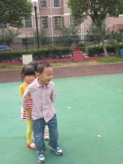 中幼网幼儿园大班民间体育游戏——贴膏药